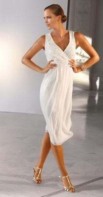 Платье в «греческом стиле» с глубоким декольте и в форме буквы V