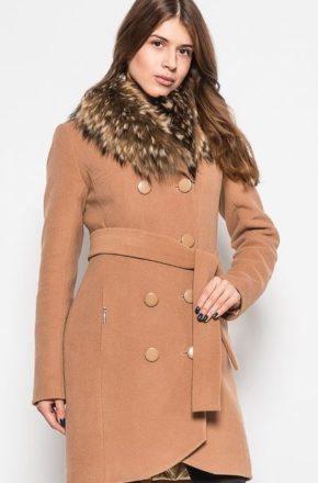 Зимнее пальто с меховым воротником в наступающем сезоне обещает стать очередной модной бомбой
