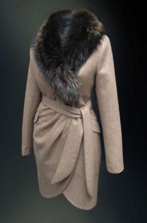 Самым популярным вариантом являются зимние пальто с меховым воротником