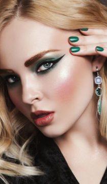 Женщины с ярким макияжем